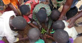 Die Kinder von Klala arbeiten zusammen.