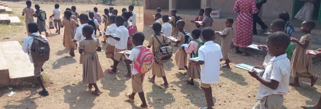 Glückliche Kinder in Togo nach dem Empfang von Schulmaterial